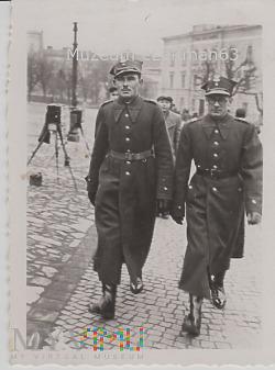 Kapral i plutonowy na przemyskim Rynku.