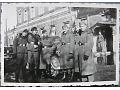 Zdjęcie niemieckich żołnierzy przy samochodzie