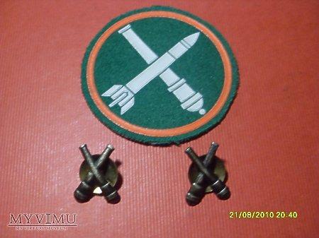 Emblemat + korpusówki artylerii.