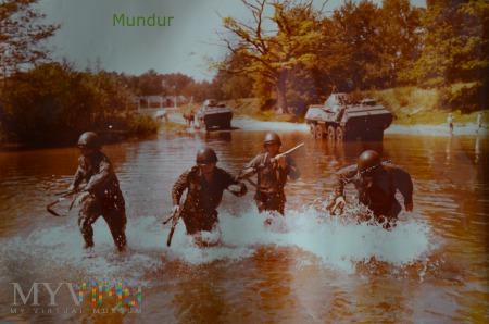 Zdjęcie propagandowe: forsowanie rzeki