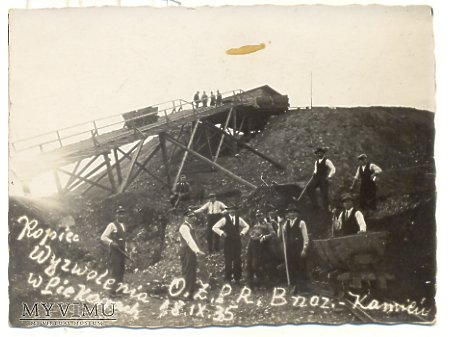 Duże zdjęcie Budowa Kopca Wyzwolenia w Piekarach.