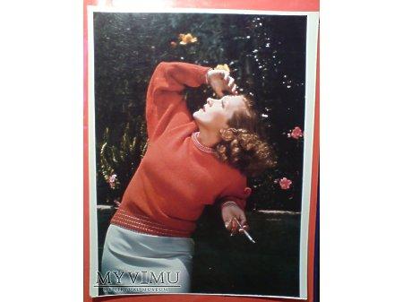 Marlene Dietrich Papieros i czerwony sweterek
