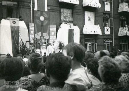 Tłumy na procesji Bożego Ciała na Nowej Pradze