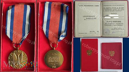 """Złota Odznaka """" Za Zasługi w Ochronie Porządku Pub"""