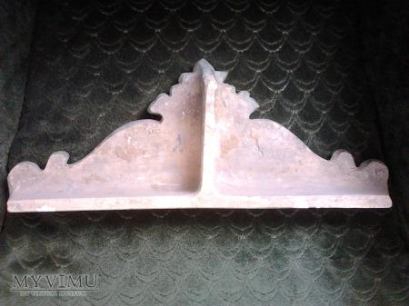 Korona boczna pieca kaflowwego z 1885 roku.