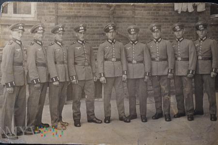 Zdjęcie żołnierzy - grupowe - jeszcze uśmiechnięci