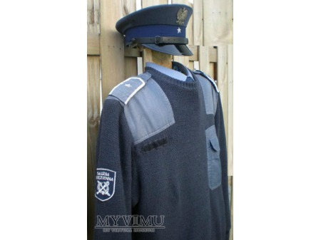 Funkcjonariusz SW w swetrze służbowym