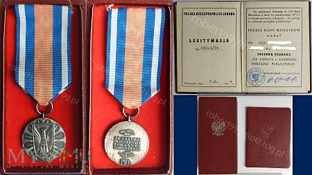 """Srebrna Odznaka """" Za Zasługi w Ochronie Porządku"""