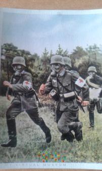 sanitariusze w maskach przeciwgazowych