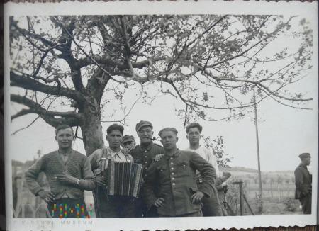Grupa jeńców pod jabłonią
