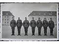 Żołnierze wehrmachtu stoją na baczność