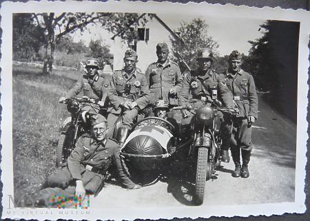 Zdjęcie żołnierze na motocyklach