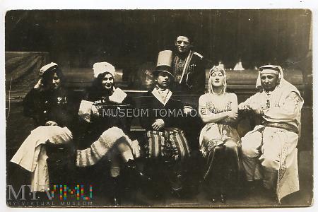 Zdjęcie grupowe - trupa teatralna?