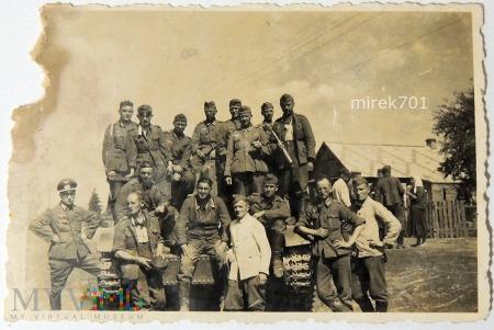 Żołnierze niemieccy przy czołgu