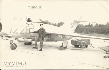 Duże zdjęcie Zdjęcie: lotnik na tle samolotu