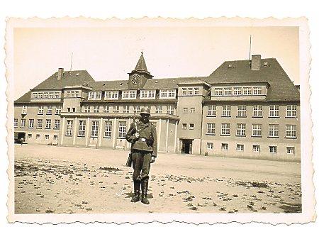 Żołnierz przed Horst Wessel Schule