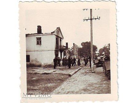 1939. Postój w zniszczonym miasteczku