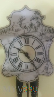 Stary drewniany zegar z szyszkami