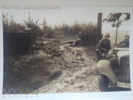 żołnierze Wehrmachtu z samochodem