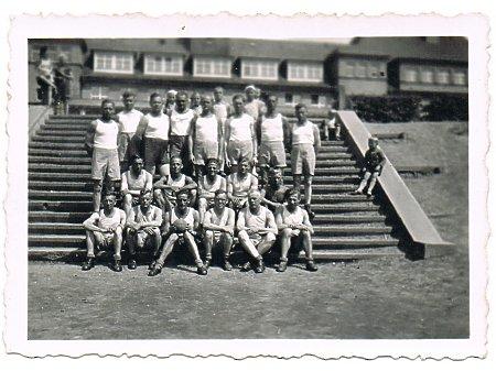 Żołnierze przed Horst Wessel Schule