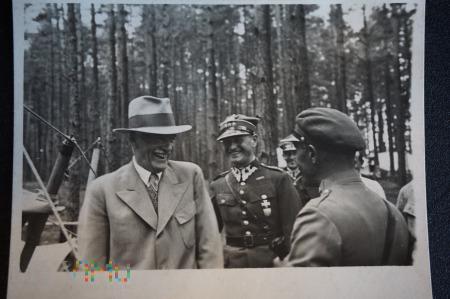 Prezydent RP Ignacy Mościcki wraz z Adjutantem