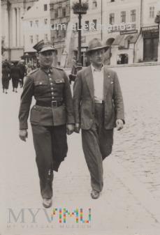 Porucznik z 38 PPSL po cywilnemu z porucznikiem.