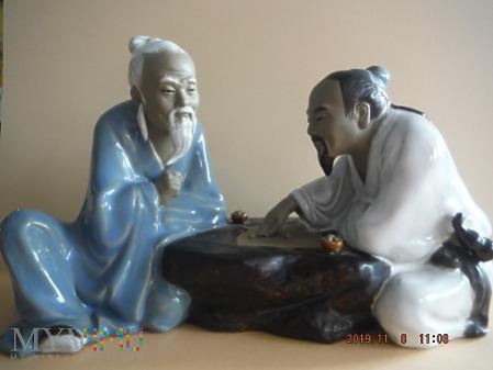 dwaj grający w grę planszową