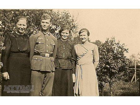 Duże zdjęcie Żołnierz niemiecki z kobietami