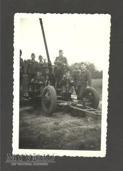 Zolnierze przy zdobytym 37mm dzialku plot wz.1939