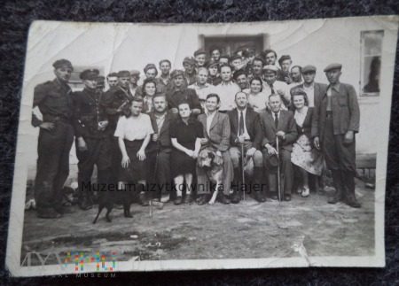 Zdjęcie żołnierzy LWP cywilów MO i psa