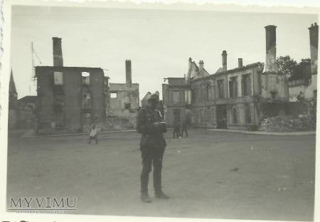 Niemiecki żołnierz - zniszczone miasto
