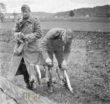 Panowie z Luftwaffe suszą skarpetki...