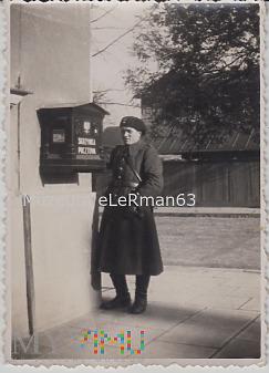 Pancerniak przy skrzynce pocztowej.