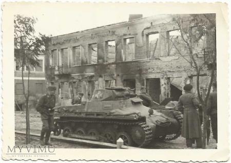 Wrak czołgu przy Placu Piłsudskiego