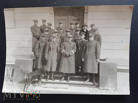 Duże zdjęcie Generał w otoczeniu oficerów - lata 30-ste