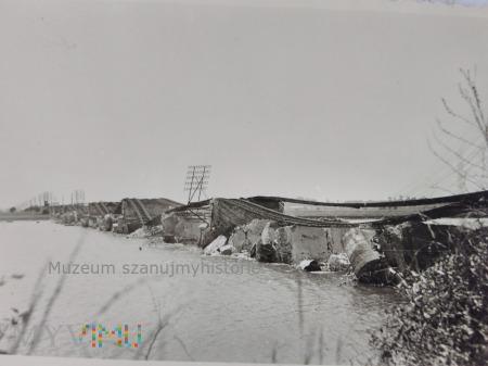 rozbity most na rzece 1939
