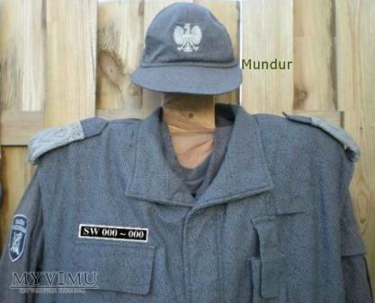 Funkcjonariusz SW w mundurze polowym z ocieplaczem