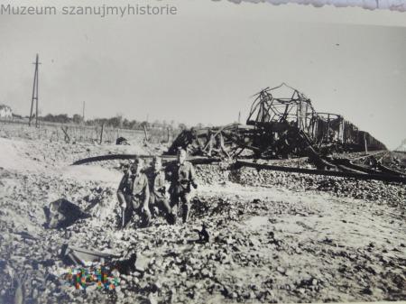 zniszczony pociąg w Ożarowie 1939