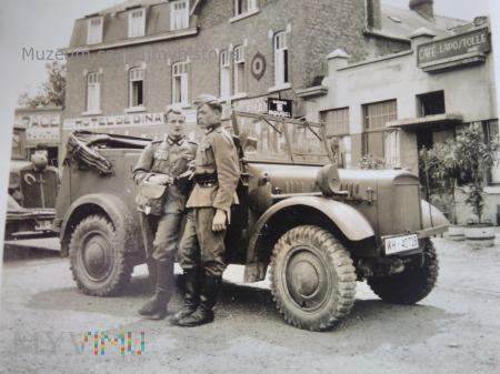 niemieccy żołnierze z lekkim samochodem terenowym