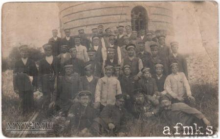 Grupa kolejarzy pod wieżą wodną, 1917.