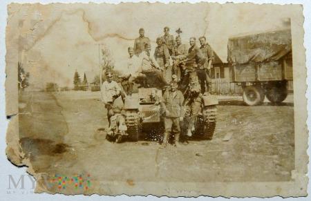 Żołnierze niemieccy i czołg