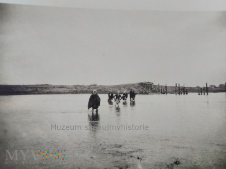 cywile pokonują rzekę