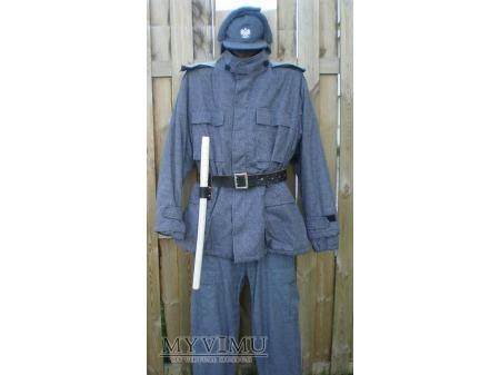 Funkcjonariusz SW w mundurze polowym zimowym