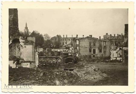 Ulica Zarzeczna, zniszczony ciągnik wojskowy
