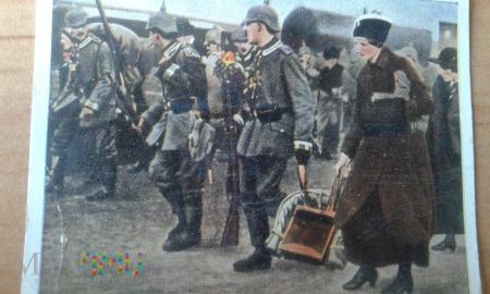 żołnierze na dworcu kolejowym