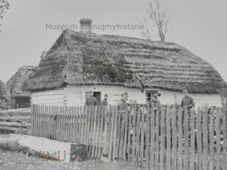 Wehrmacht przed wiejskim domem 1939