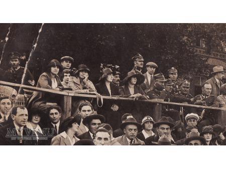 Zdjęcie z żołnierzami i policjantem.