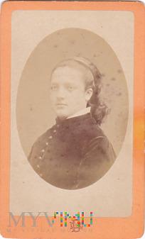 Portrait hübsche Frau mit Haarreifen