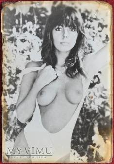 dziewczyna z gołymi piersiami