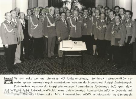 Zdjęcie propagandowe MO: księga zasłużonych